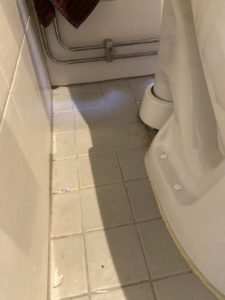 wc pöntön sivuosa ennen puhdistusta