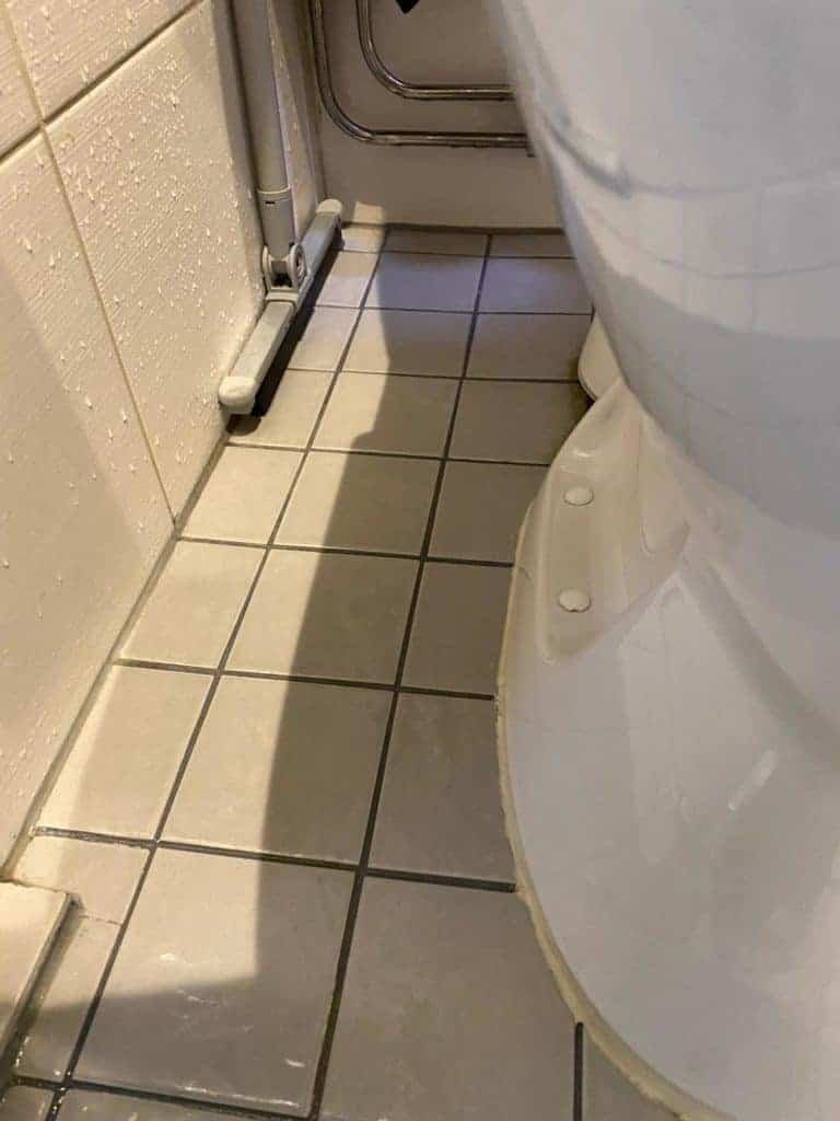 wc pöntön sivuosa jälkeen puhdistuksen