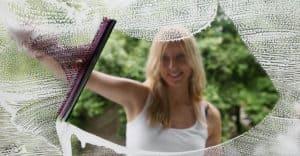 nainen pesee ikkunoita